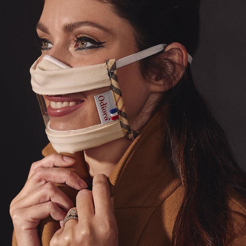 Protégez-vous du Covid 19 avec les Masques Sourire transparents validés par la DGA, conformes aux recommandations AFNOR et catégorie UNF. Prenez soin de vous et souriez avec le modèle London, élégant et chic porté ici par Sophie Vouzelaud.