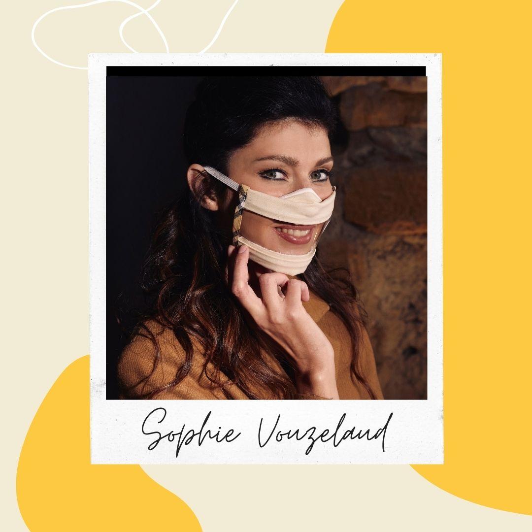 Sophie Vouzelaud porte le masque transparent sourire aux style london. Rien de plus pratique pour pouvoir lire sur les lèvres