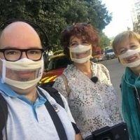 Selfie d'un homme et deux femmes portant des Masques Sourire Odiora dans la rue