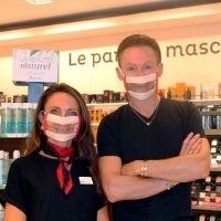 Photo de deux employés de Nocibé, une femme et un homme portant des Masques Sourire dans la boutique
