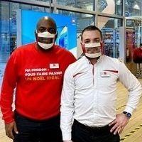 Photo de deux hommes qui travaillent chez SFR et qui portent des Masques Sourire